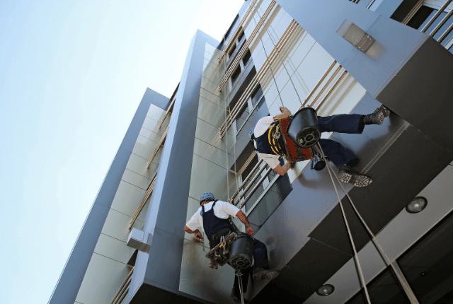 ניקוי חלונות מרפסת שמש בגובה