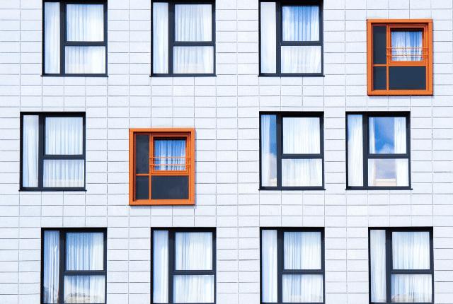 חלונות בניין משותף