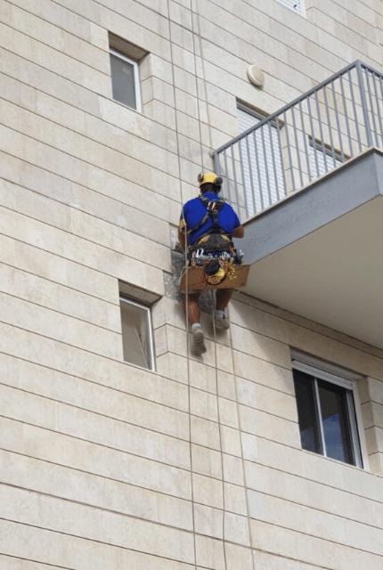 ניקוי חלונות בגובה - דוד קלין