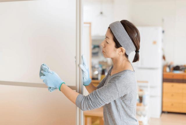 אישה מנקה חלון