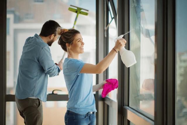 איש ואישה מנקים חלונות